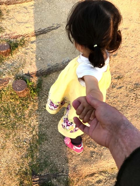 手をつなぐ女の子